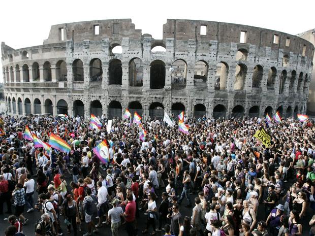 Público lota a Parada Gay italiana neste domingo (11) (Foto: AP)
