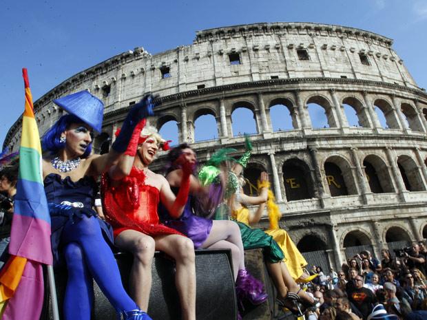 Público participa da Europride, a Parada Gay italiana, neste sábado (11), em Roma (Foto: AP)
