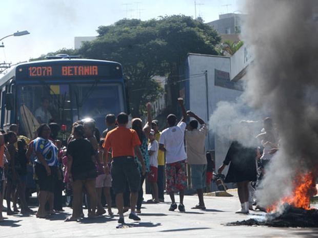 Moradores do bairro Salgado Filho protestam contra a falta de luz (Foto: Alex de Jesus/O Tempo/AE)