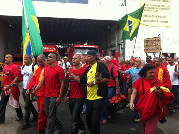 Bombeiros de Charitas são soltos (Foto: Lilian Quaino/G1)