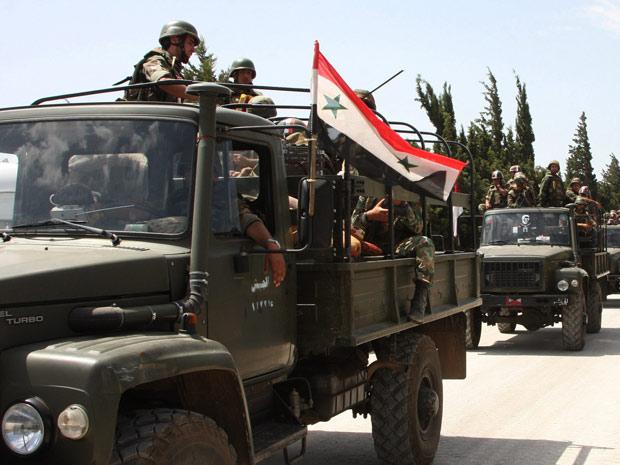 Militares sírios entram na cidade de Jisr al-Shughour. (Foto: Bassem Tellawi / AP Photo / via BBC)