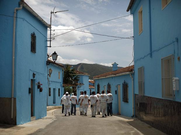 Ao todo, foram usados 9 mil litros de tinta azul para completar o projeto; filme estreia no dia 5 de agosto no Brasil (Foto: Reuters)