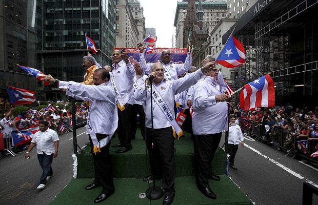 Desfile em homenagem aos imigrantes de Porto Rico contou com 80 carros (Foto: Andrew Kelly/Reuters)