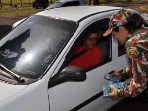 PMA distribui cartilhas a pescadores em Campo Grande (Foto: Tawany Marry)