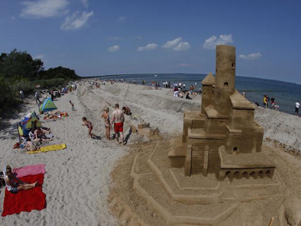 Castelo de areia complexo é construído ao lado do muro que terá, quando finalizado, 27,5 km. (Foto: Thomas Peter / Reuters)