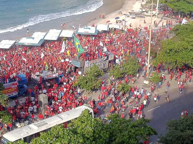 Bombeiros encerram passeata em Copacabana (Foto: Thamine Leta/G1)