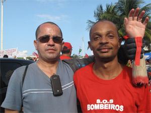 Bombeiros amigos se encontram na passeata (Foto: Lilian Quaino/G1)