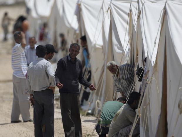 Refugiados sírios se aglomeram na fronteira com a Turquia. (Foto: Osman Orsal / Reuters)