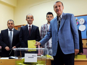 Erdogan aparece para votar na Turquia neste domingo (12) (Foto: Bulent Kilic/AFP)