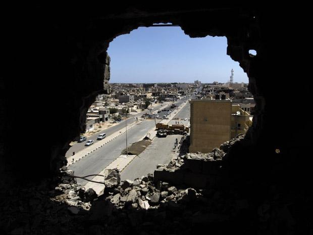 Rombo em parede de prédio que teria sido usado por franco-atiradores na cidade líbia de Misrata, visto neste domingo (12) (Foto: AP)