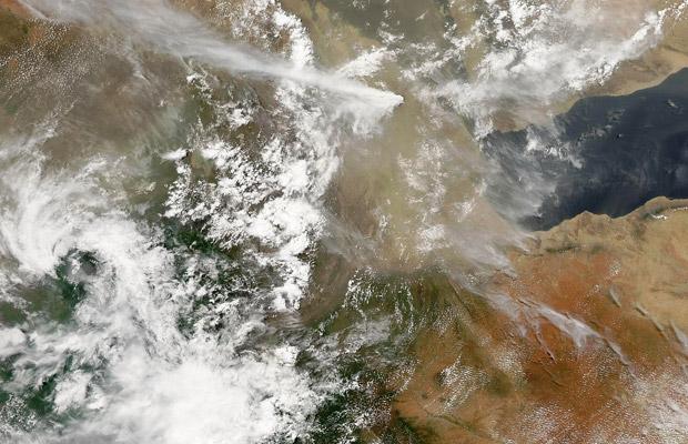 Foto divulgada pela Nasa mostra nuvem de cinzas de mais de 13 quilômetros erguendo-se nesta segunda-feira (13) do vulcão Dubbi, que entrou em erupção na noite da véspera no sul da Eritreia, próximo ao Mar Vermelho. Os ventos estão levando o material em direção ao norte da Etiópia nesta segunda-feira (13), e as companhaias aéreas que operam na África Oriental temem que os voos possam ser afetados. (Foto: AP)