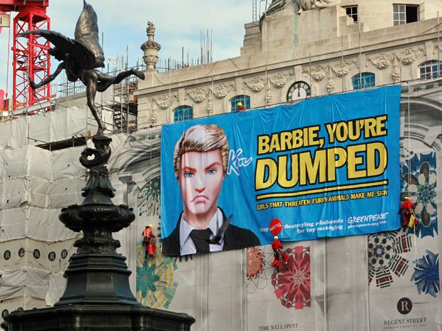 Ativistas do Greenpeace penduraram banner em prédio na região central de Londres, Inglaterra, contra a empresa de brinquedos Mattel (Foto: Reuters)