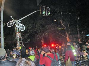 Bicicleta é pendurada em semáforo (Foto: Marcelo Mora/G1)