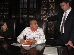 Deputada Clarissa Garotinho, cabo Benevenuto Daciolo, e deputado Flávio Bolsonaro em reunião na Alerj (Foto: Lilian Quaino/G1)