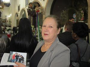 A dona de casa Rosa trouxe a foto da família para benção (Foto: Caroline Hasselmann/G1)