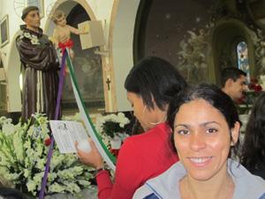 A vigilante Nívea foi pedir um novo amor ao santo (Foto: Caroline Hasselmann/G1)