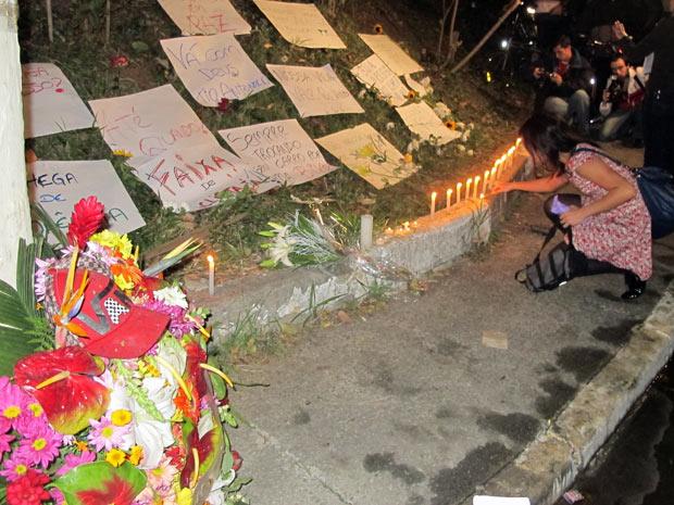 Ciclistas colocam faixas em homenagem a executivo (Foto: Marcelo Mora/G1)