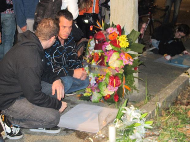 Parentes e amigos depositam flores na avenida (Foto: Marcelo Mora/G1)
