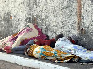 Familiares dormem em frente a penitenciária em Cuiabá (Foto: Kelly Martins/G1 MT)