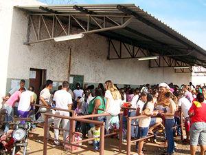 Fila para visita na Penitenciária Central do Estado, em Cuiabá (Foto: Kelly Martins/G1 MT)