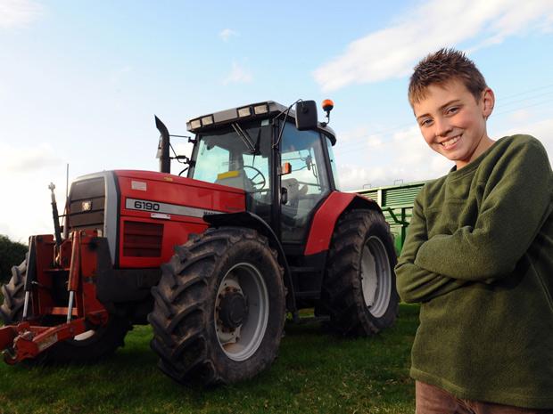Tom Phillips que dirigiu um trator e salvou seu pai do ataque de um touro (Foto: Wales News Pictures)