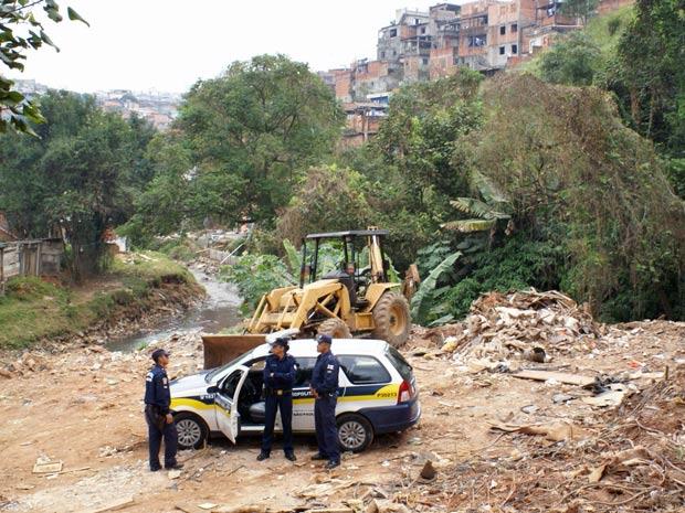 Trator utilizado no despejo do entulho foi apreendido (Foto: Marcelo Ulisses / SMSU e Inspetoria da Freguesia do Ó)