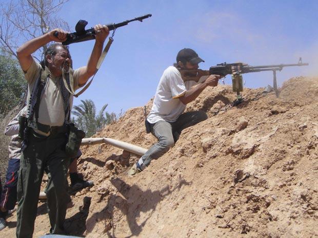 Rebeldes líbios atiram contra forças leais a Kadhafi na região de Zlitan, 35 km de Misrata (Foto: Abdelkader Belhessin / Reuters)