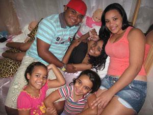 Namorado e primas fazem festa para a menina Thayane (ao centro), que recebeu alta nesta terça (14) (Foto: Aluizio Freire/G1)