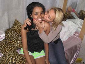 A menina Thayane Tavares recebe o carinho da mãe em casa, após ficar 68 dias internada em consequência da tragégia em Realengo (Foto: Aluizio Freire/G1)