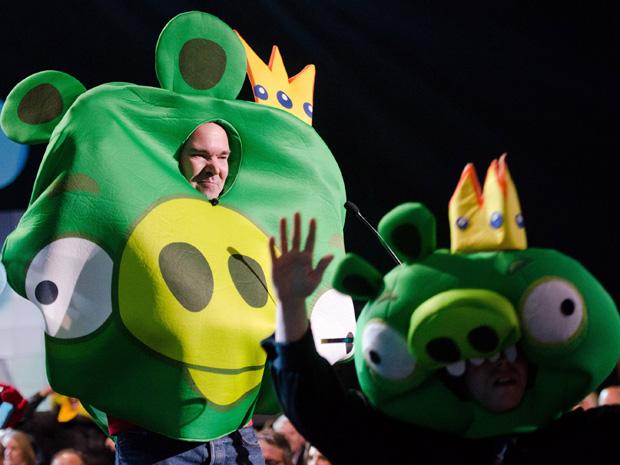 O criador do jogo Angry Birds, Peter Vesterbacka, apareceu na apresentação fantasiado  (Foto: Charles Sykes/AP)