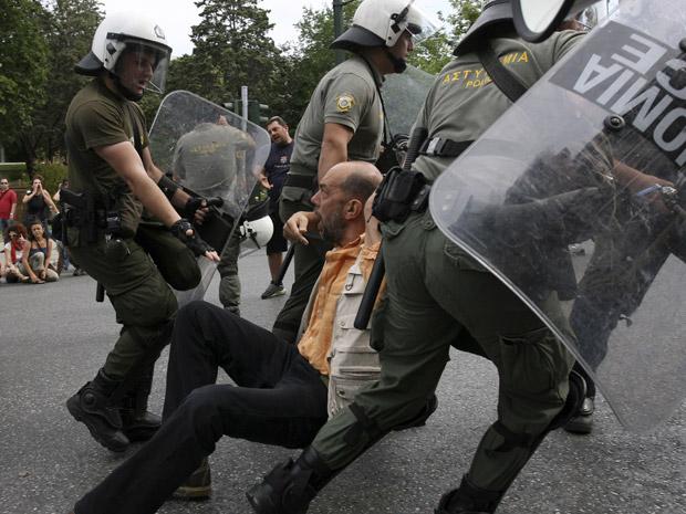 Manifestante que tentava fechar o acesso ao Parlamento é preso (Foto: AP)