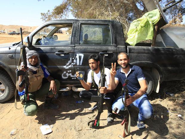 Rebeldes posam após combate com forças pró-Kadhafi em Dafniya, próximo a Misrata, nesta quarta-feira (15) (Foto: AP)