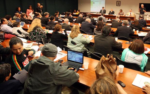 A professora potiguar Amanda Gurgel acompanhou a audiência do   ministro Fernando Haddad (Foto: André Dusek/Agência Estado)