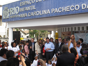 Prefeito e autoridades inauguraram a creche (Foto: Thamine Leta/G1)