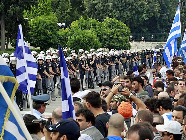 Manifestantes portavam bandeiras gregas e foram se concentrando em frente ao Parlamento, no Centro de Atenas. (Foto: Lefteris Pitarakis / AP Photo)