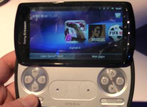 Xperia Play tem aba deslizante que apresenta comandos similares ao PSP (Foto: Gustavo Petró/G1)