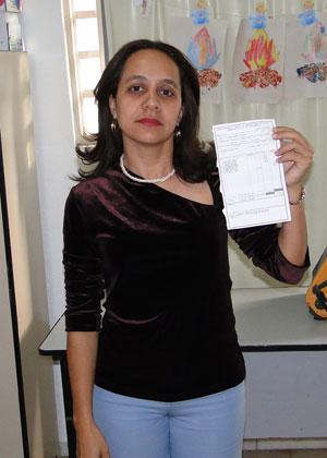 A professora Alessandra Andrade de Souza Said, de 37 anos,   trabalha 12 horas diárias para manter as contas em dia em Minas Gerais   (Foto: Alex Araújo/G1)