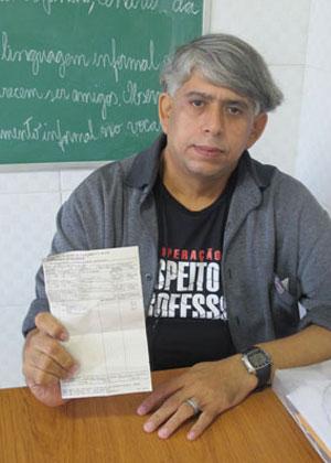 Marcelo Santana enfrenta uma tripla jornada nas redes municipal, estadual e ainda dá aulas em um colégio particular na Ilha do Governador, subúrbio do Rio. (Foto: Patrícia Kappen/G1 )