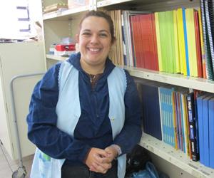 A professora Maria Patrícia Almeida Santos Costa, de 38 anos, que faz sorteio todo mês para decidir que conta vai deixar em dia (Foto: Letícia Macedo/G1 )