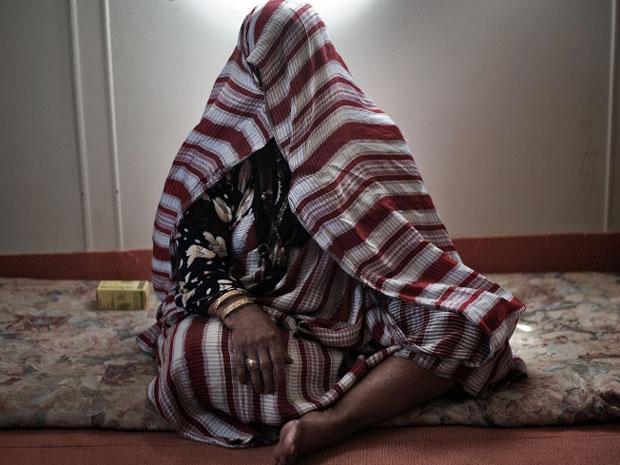 Mulher que fugiu para Benghazi para escapar da violência em Brega. (Foto: AFP)