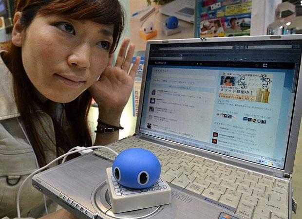 Uma funcionária da fabricante de brinquedos Tomy apresentou durante uma feira em Tóquio, nesta quinta-feira (16), o acessório para computador 'Twimal' (Twitter animal), um aparelho digital que lê tuítes. Quando conectado ao computador por uma entrada USB, o aparelho lê os tuítes da rede social assim que eles chegam à conta do usuário. (Foto: YoshikazuTsuno/AFP)