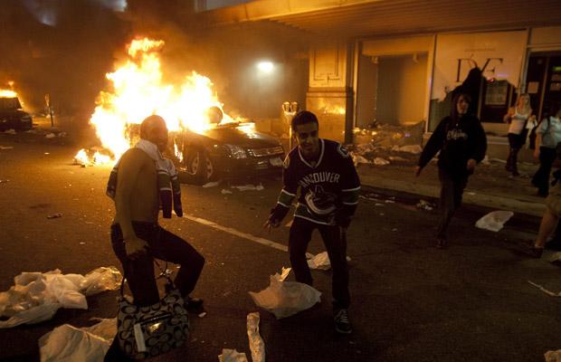 Torcedores depredam o centro de Vancouver na madrugada desta quinta-feira (16) (Foto: AP)