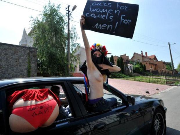 'Carros para as mulheres, camelos para os homens', dizia outro cartaz. As sauditas prometem dirigir nesta sexta-feira, em um protesto contra a proibição (Foto: AFP)