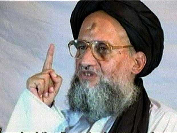 O novo chefe da al-Qaeda, Ayman al-Zawahri, a partir de imagem veiculada na internet em dezembro de 2005. (Foto: Arquivo / AP Photo)