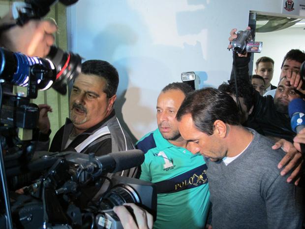 Edmundo deixa delegacia em SP (Foto: Letícia Macedo/G1)