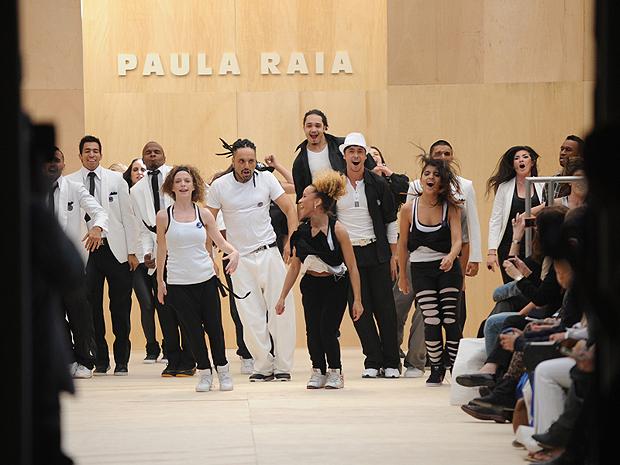 Grupo de dança Underground Vibration abre o desfile de Paula Raia (Foto: Mariana Palma/G1)