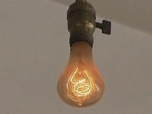 Lâmpada está acesa há 110 anos nos Estados Unidos. (Foto: BBC)