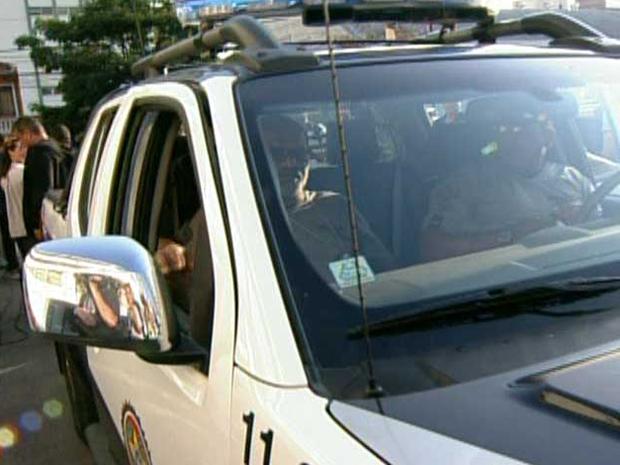 Policiais chegam para levar Edmundo (Foto: Reprodução/TV Globo)