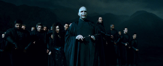 Lord Voldemort (Ralph Fiennes) comanda seu exército na batalha final contra Harry (Foto: Divulgação/Warner Bros.)