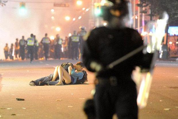 Imagem de quarta-feira (15) que fez casal ficar famoso (Foto: AFP)